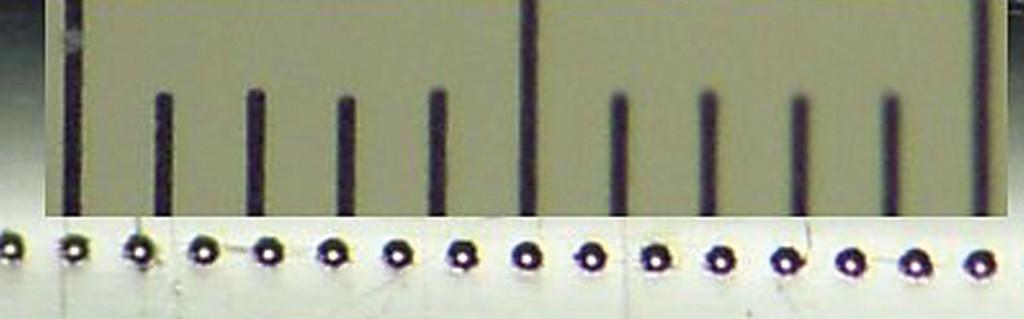 Detalj print glave (ukupni razmak na skali 1 mm, razmak između pojedinih crta je 0.1 mm)